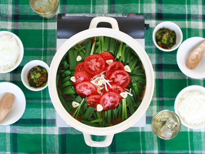 """以前は""""和""""のイメージが強かったお鍋も今や、洋風や中華風にもアレンジできる、万能メニューになりました。レシピが進化したら、次は道具の番!いつもの土鍋や鍋グッズを、おしゃれでスタイリッシュなアイテムに変えて、お鍋の食卓をもっとおしゃれに、スマートにしていきませんか?"""