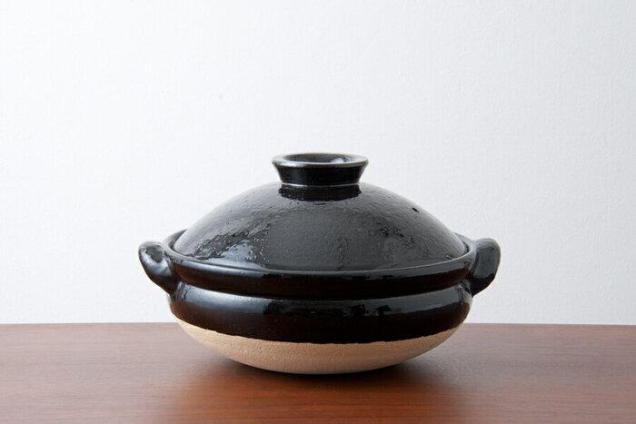 土鍋と言ったらこの形、スタンダードな古伊賀の土鍋です。土の荒々しさと、艶やかな釉がコントラストになっていて素敵です。蓄熱性に優れているので、いつまでも暖かさを保ってくれます。