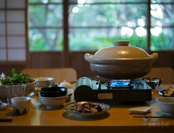 伊賀焼のぼってりとしたシルエットが昔ながらの安定感を醸している土鍋です。保温性に優れ、食材を美味しく調理してくれます。使い込むほどに味わいが増して、趣深い土鍋に。