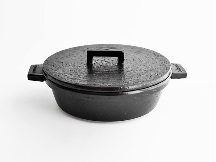 シックで重々しい外見がオシャレなビストロ鍋。こちらも伊賀の土で出来ています。普通の土鍋と違って、空焼きもできて炒めたりオーブン調理もできるのが特徴です。平たく作ってあるので、オーブンに入れる時も高さを気にせず入れられます。