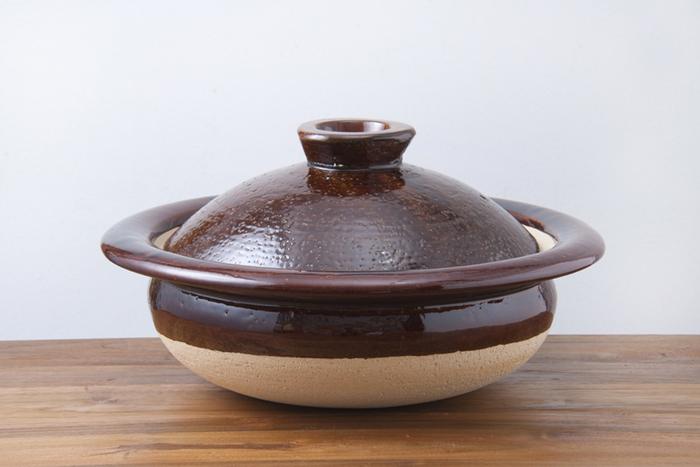 伊賀焼の「松山陶工場」と「中川政七商店」が作った土鍋です。お鍋の縁が張り出し、ぐるりと巡っているからどこからでも持ち上げやすいデザインになっています。土の質感、釉薬の艶やかさどちらも伊賀焼らしい素朴さと親しみやすさを兼ね備えています。
