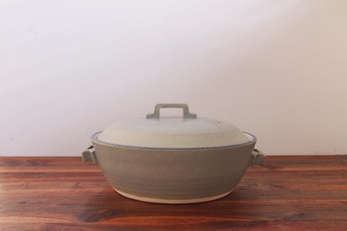 保温性と耐熱性に優れた萬古焼の土鍋です。直線的な取っ手のデザインがスタイリッシュでおしゃれ。洋風鍋も似合いそうなデザインです。