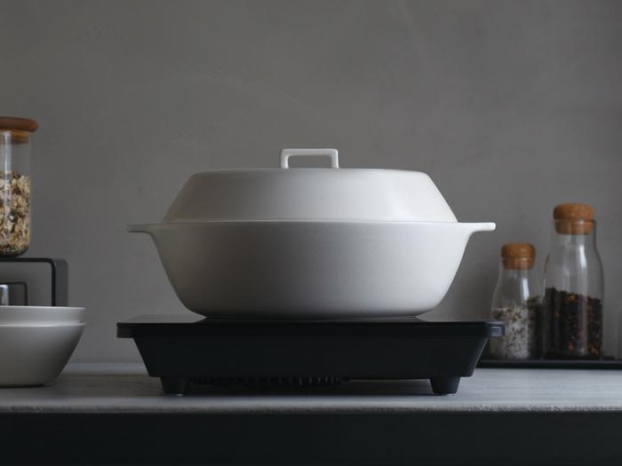 シンプルで直線的なラインが美しい土鍋は、上下にも対称に近くモダンな印象です。IHを始め、ハロゲンヒーターなど様々な熱源に対応しているので活躍の場を選びません。