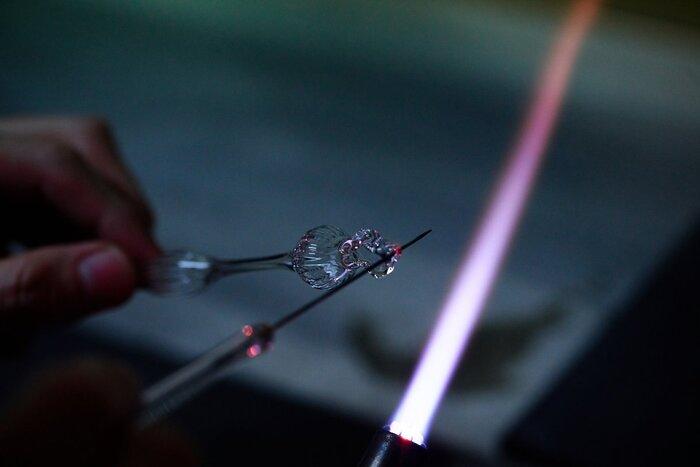 バーナーワークや江戸切子の技術を用いた数々の作品は、洗練されたデザインはもちろんのこと、精緻なディテールの美しさも魅力です。ガラス職人の高度な匠の技から生まれる、繊細で上品なジュエリーコレクションをご紹介します。