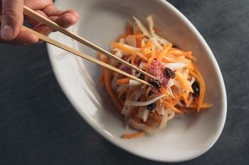 細く鋭い箸先はこまかいものやつるつるした麺類も確実にキャッチしてくれます。