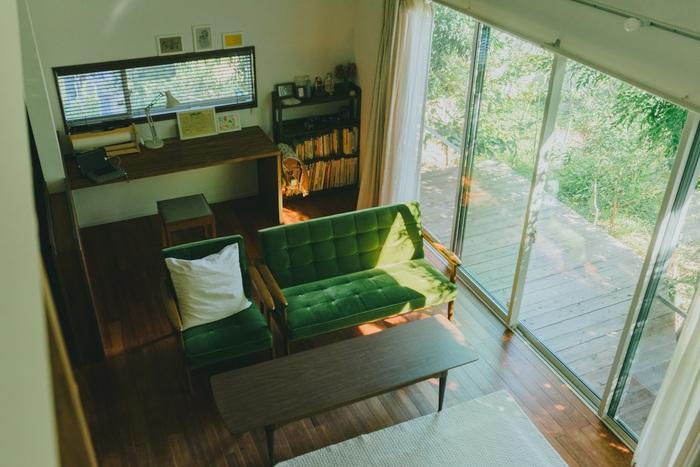 カリモク60のソファとローテーブル。無垢の床と外のグリーンと見事に調和しています。