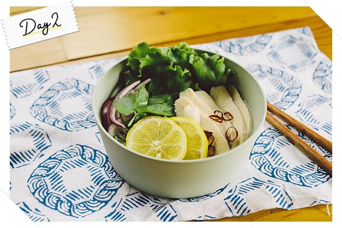 ベトナムの郷土料理であり、人気のエスニック料理の一つ「フォー」。今回は、春雨とコンビニでも手に入る蒸し鶏(サラダチキン)を使ってオフィスでも楽しめるフォー風のランチを作ってみました。ベトナムでは「ニョクマム」、タイでは「ナンプラー」と呼ばれている魚醤を加えるだけで、オフィスで本格的なエスニック気分のランチを味わえますよ。