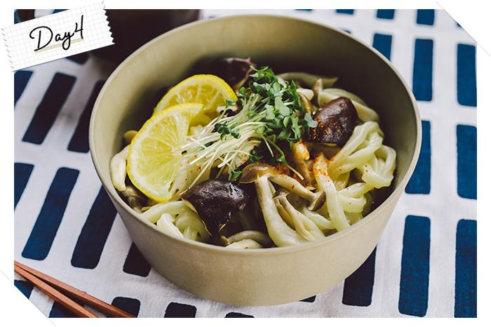 きのこの旨味を味わえる、優しい味付けのうどんです。温かいうどんレシピですが、レモンとオリーブオイルの味付けでさっぱりといただけるので、食欲がないときや胃に優しいものを食べたいランチタイムにぴったり。