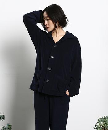 デザインはとってもシンプル。パジャマの大定番・前開きスタイルを採用しています。大きめのボタンが、シンプルだけどとってもキュート!1枚で着てもいいですし、ロンTなどの上に羽織ってもいいですね。カラーバリエーションも豊富。お好きな色をぜひ♪