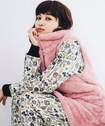 Live in comfortの「ボタニカル柄キルティングパジャマ」は、ナチュラルなデザインの総柄パジャマ。自然をモチーフにした柄は、北欧ファブリックのような雰囲気もあり、大人かわいいデザインです。キルティング生地なのでやわらかく、着心地も抜群ですよ◎