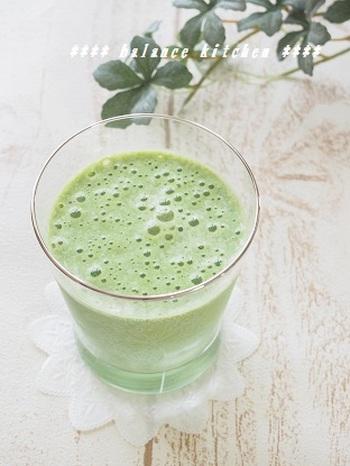 野菜嫌いなお子さんには、バナナと少しのお砂糖でつくるスムージーがおすすめ。小松菜の青臭さもなくなってとても飲みやすくなりますよ!