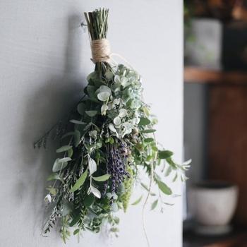 ラベンダーやユーカリなど、フレッシュな草花を使って作られたドライブーケ。香りとともに、ドライになっていく様子も楽しむことができます。その時に合わせた素材を選んで一つ一つ手作りされているため、すべて一点物です。