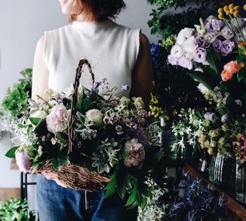 かごに生けられたアレンジメントは、そのまま飾れるのがポイント。花を楽しんだ後は、かごとして使うことができます。庭に咲く花を摘んできたような、ナチュラルな雰囲気も素敵です。