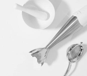 「ブレンダー」は手で持てるような小型の攪拌器です。先端部分に刃がついていて、食材をつぶしたり混ぜたりするときに使います。  用途はミキサーと一緒ですが、ブレンダーには専用ジャーはなく、ボウルなどに食材を入れて混ぜるため本体はとてもコンパクトです。