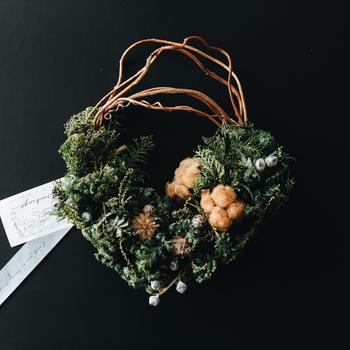 クリスマスの時期に贈りたい、フレッシュなグリーンリース。季節に合わせた、こんなギフトを選んでみるのもいかがでしょうか。お子さんがいる家庭でも喜ばれそうですね。