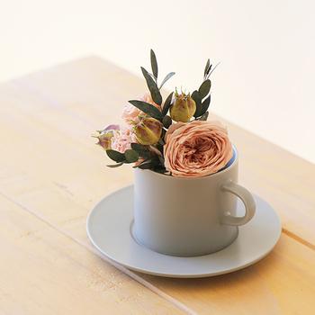 おしゃれなカップ&ソーサーがフラワーベースになっている、プリザーブドフラワーのギフト。美しい花もカップ&ソーサーも、長く楽しめてギフトにぴったりなアイテムです。