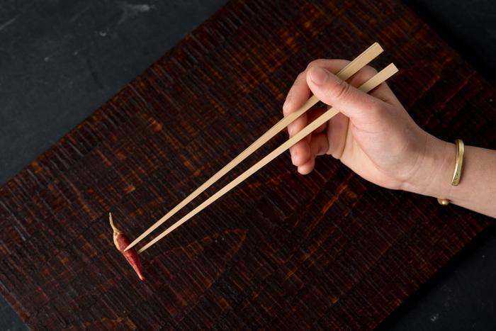 真竹を丹念に割き、削り…奈良県生駒市に拠点を置く茶道具職人・影林則昭さんの工房でつくられた無塗装の竹箸。