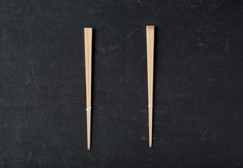 節のない『無節(ふしなし)』(画像:左)と箸頭に節のある『元節(もとふし)』(同:右)の2タイプあり。 『無節』:7cm四方/全長:23.7cm/一膳の重さ9g。『元節』:8cm四方/全長:23.7cm/一膳の重さ10g