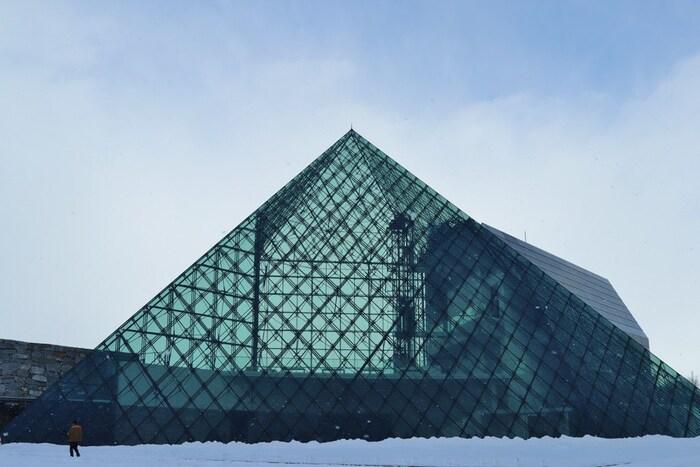 広大な公園の中でモエレ沼のシンボルとなっているモニュメント「ガラスのピラミッド」。美しいガラスの建築物は、夏には美しい芝生で切り取られた青空を、冬には一面の雪原の美しさといった屋外の風景を映して切り取ります。中には、レストランやギャラリーが入っています。
