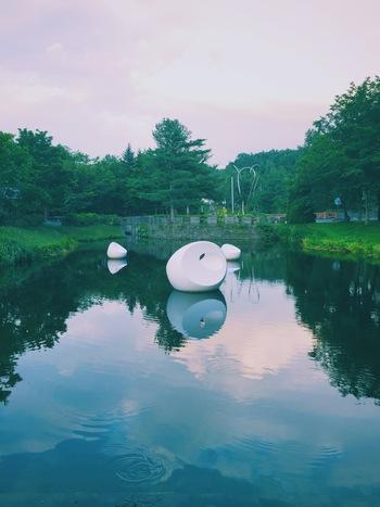 風や水の流れに身をゆだね、流れていく白鳥をイメージしたハンガリーの彫刻家のマルタ・パン氏の作品。自然に溶け込むようなデザインは、北海道の広い空によく似合います。