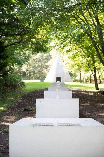 イスラエル出身の彫刻家のダニ・カラヴァン氏によるホワイトコンクリートで作られた彫刻作品も、自然に溶け込んでいて素敵。円錐の中には入ることもできます。