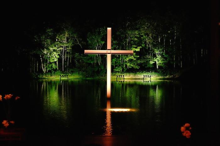 教会は夜ライトアップされると幻想的な雰囲気に。空気が綺麗なトマムの空と、涼しい夜風、静かに揺れる水面は、自然と心を落ち着かせてくれます。宿泊での見学がおすすめです。
