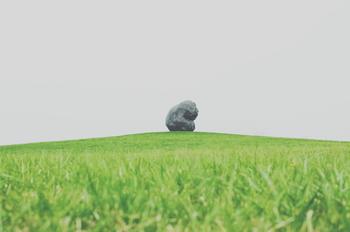 北海道出身の彫刻家の板東優氏による作品「考える人(ロダンから)」。広大な緑の中で存在感を放ち、訪れる人の心を惹きつけます。