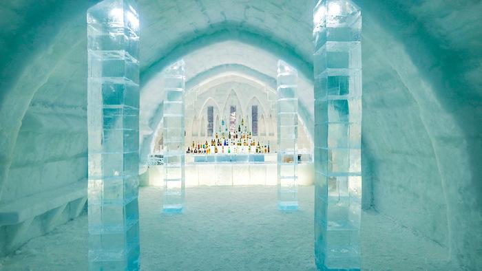 湖から切り出した氷で作られたバーもぜひ訪れたいところ。アイスバーの中では実際にお酒やカフェドリンクなどを頂くことができますよ。