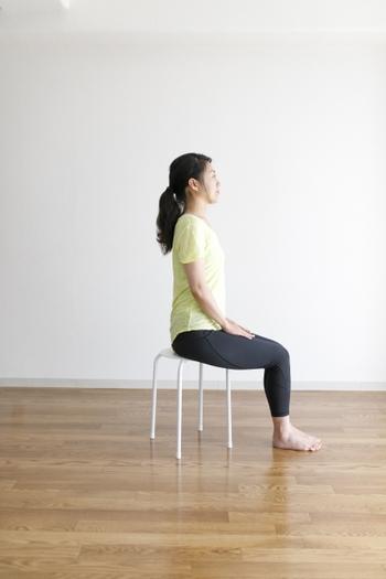 筋力に自信がない方や、膝や腰に不安を抱えている方は、椅子に座った状態から行うスクワットから始めるのがおすすめです。足の裏がしっかりと床につく状態で、背筋を伸ばして座った状態からスクワットしていきます。