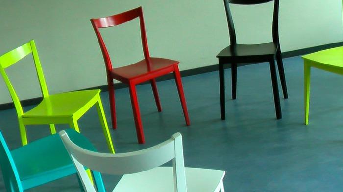 基本的にはお家にある椅子で十分ですが、座面が柔らかくお尻が沈んでしまう椅子やソファーは、ケガの原因になるのでNG。もちろん高すぎたり低すぎたりも、正しいスクワットが出来ないので避けましょう。キャスター付きに椅子も危ないので×。座ることが目的ではないので、座面が硬く高ささえご自身にあっていれば、折り畳みの椅子でもOKです。