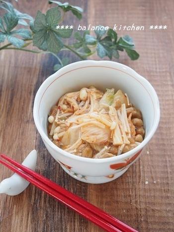 発酵食品と食物繊維のコラボ「えのきのキムチ納豆」。材料をレンジでチンして混ぜるだけと、とっても簡単なうえ腸に嬉しい栄養素が豊富な一品です。