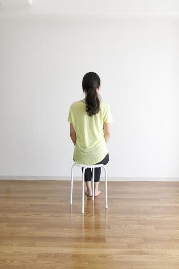 目標は10回×3セット。最初は自然と立ち上がれる深さに座ってチャレンジしてみてください。慣れてきたら、座る少しづつ浅くすると、徐々に下半身にかかる負荷が増えていきます。