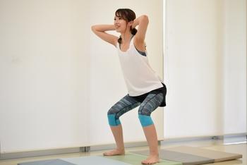 2秒ほどかけてゆっくりと腰を下ろし、次の2秒で最初の姿勢に戻っていきます。レベル1と同じく10回×3セットが目標です。このスクワットがマスターできると、後は続けるだけでOK。健康の強い味方になってくれます。