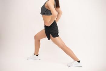 ベーシックスクワットを続けていくうちに、もう少し負荷をかけてみたいと思った方は、片足荷重のスクワットにチャレンジしてみてくださいね。足を前後に開き、体重を前足にかけます。