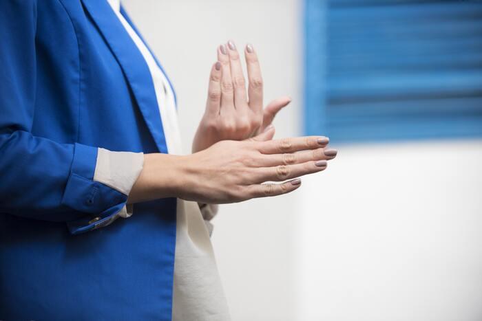 キューティクルオイルの一番の役割は、指先や爪の保湿です。爪に使えるハンドクリームよりも浸透力に優れているので、より高い保湿効果が期待する方に向いています。ひび割れやささくれが気になる方には、特におすすめ!乾燥が気になる季節は、指先の荒れ予防にも効果を発揮しそう。