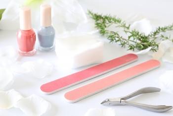 より美しい指先・爪を目指すなら、キューティクルオイル以外のケアも定期的に行いたいですね。爪やすりやプッシャー、バッファー、ニッパーなど専用のアイテムを使って、正しくケアしていきましょう。ただし、ケアのしすぎには要注意!ケア後はキューティクルオイルでの保湿も忘れずに。