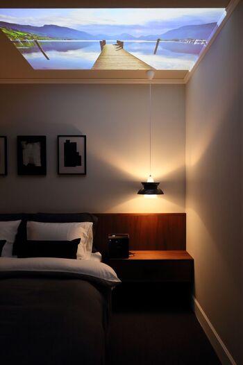 プロジェクターの向きを変えれば、壁面だけでなく天井も大画面に。  寝っ転がって動画を楽しめるなんて、至福のひとときを過ごせそうですね。