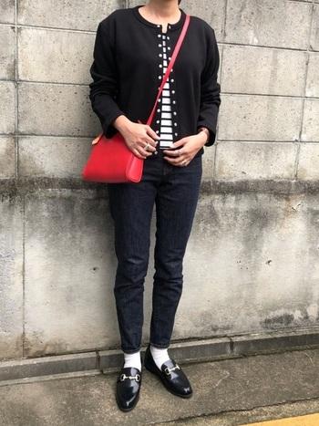ローファーがハンサムなブラックトーンのパンツスタイルに、レッドのバッグでアクセントをひとさじ。バッグがコーディネートのポイントになり、女性らしいエレガントさをプラス。