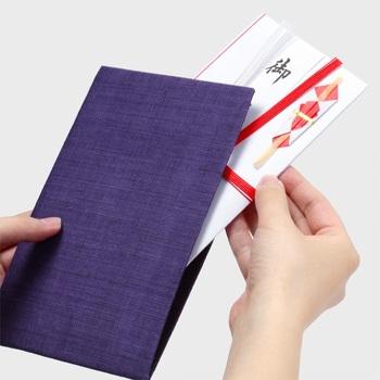 財布タイプや、挟み込むだけの袱紗を選べば、包みほどきの手間がなくスマートに出し入れできます。