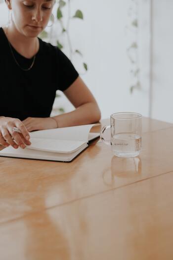 仕事をしていると、任されている業務の進め方、デスク回り、ノートのとり方など、自分だけの意思で完結するものと、職場の同僚と協力して成し遂げるチームでの業務や職場環境の維持など、自分の力だけではどうにもならないものとがありますよね。