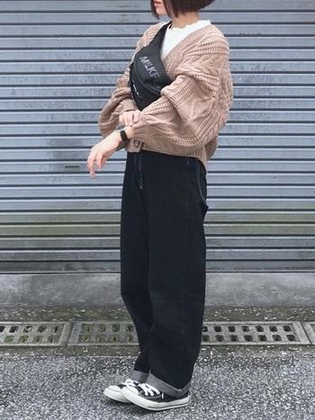 ゆるっとしたシルエットが魅力の太パンツ。黒ワイドパンツと同じ感覚で使える黒が1本目にはおすすめです。