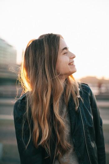 笑うとその刺激が脳に伝わり、免疫機能を活性化するホルモンが分泌されると言われています。辛い時こそ口角をキュッと上げてみましょう。それだけでも脳に刺激が伝わってくれますよ。