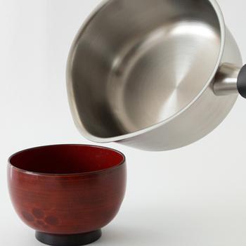 左右に大きくせり出した注ぎ口は、ミルクやスープをゆるやかに注いでくれるので、ハネにくいのもうれしいポイント。  左利きの方でもムリなく注ぎやすいデザインなので、家族みんなで使えます。