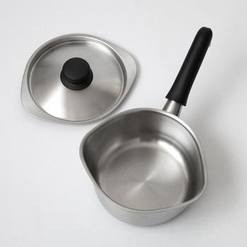 専用のふたによって効率よく加熱することができ、茹で上がった際は、注ぎ口から水分だけを取り除けるので、野菜がこぼれ落ちてしまうこともありません。