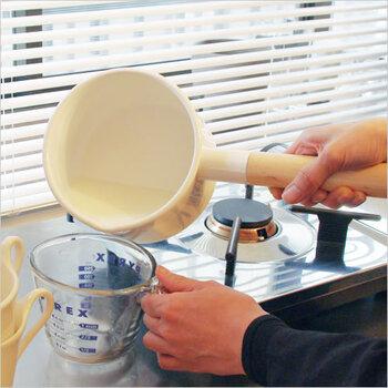 持ち手には日本の白木を使い、加熱中でも熱くなりにくいため安心して調理できますよ。底が広い台形型で、広い面で熱を受けるため、みそ汁やミルクを効率的に温められます。