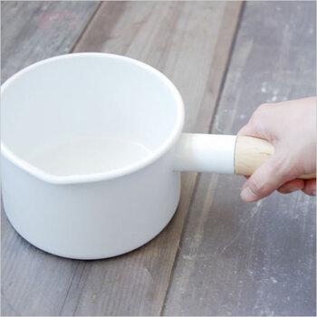 インテリアデザイナー小泉誠氏と、職人の技術が詰まった機能美に優れたミルクパン。白い温かみのあるホーローと、持ち手の木製を使ったスタイリッシュなデザインが特徴です。