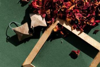最後にご紹介するのは、伝統的な江戸指物の職人技術を用いて制作された素敵な「木」のジュエリーです。指物は金釘を使わずに、木と木を組み合わせて作るとても繊細な仕事です。そんな江戸指物の高度な匠の技から生まれた、ナチュラルで上品な「WOOD Collection」をご紹介します。