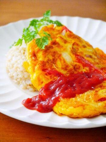 タイの家庭料理として親しまれている「カイチアオ」。タイカイはタイ語で「卵」、チアオは「揚げる」という意味で、卵を油で揚げるように調理します。 オムレツの材料にナンプラーを加えるだけで一気にエスニック風に。油を多めに使うのがポイントです。