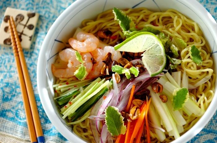 お酢の効いた酸っぱいタレに、辛さとナンプラーを加えれば簡単にエスニックダレに。セロリやパクチーなど香りのよい野菜をたっぷりのせて、夏バテで食欲がない時にも食べやすいさっぱり麺になりますよ。