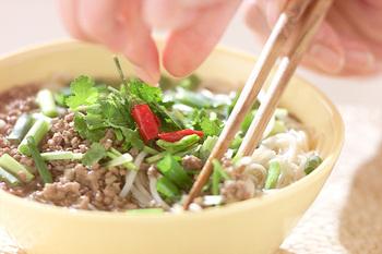 そうめんを使って温かいお出汁で食べる「にゅう麺」。スープにナンプラーと味付けをしたひき肉を加えればボリュームのあるアジア麺に大変身。そうめんが余ったらぜひ作ってみて。